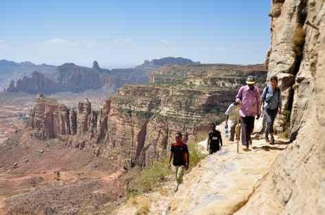 Vire rocheuse menant à l'église de Daniel Korkor, massif du Gheralta - Ethiopie -