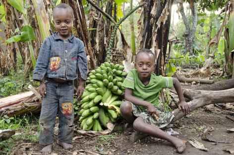 Jeunes Ari, vers la bourgade de Jinka, Vallée de l'Omo - Ethiopie -