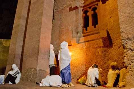 Ferveur dans une des églises de Lalibela - Ethiopie -