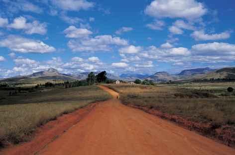 Piste rouge de latérite typique de Madagascar -