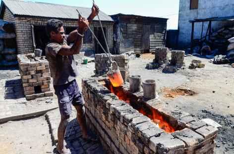 Fonte des marmites en aluminium, Ambatolampy - Madagascar -