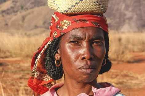 Jeune femme bara dans la vallée du Tsaranoro - Madagascar -