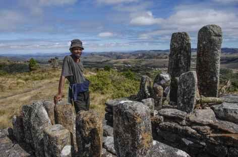 Tatao, stèle en l'honneur des ancètres, pays zafimaniry - Madagascar -