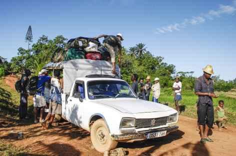 Fin du trek en pays betsileo, trajet en taxi-brousse ! - Madagascar -