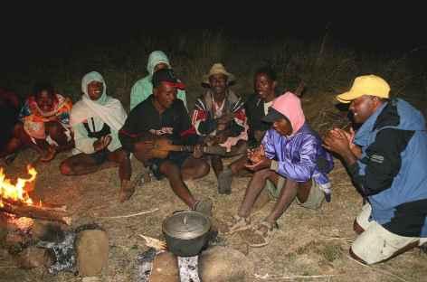 Au coin du feu avec notre équipe de porteurs ! - Madagascar -