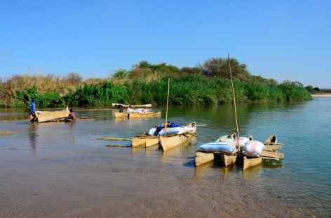 Pirogues traditionnelles sur fleuve Mangoky - Madagascar -