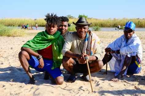 Rencontre sur les berges de la rivière Sakena - Madagascar -
