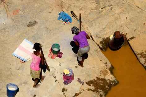 Orpailleurs à la recherche de quelques paillettes d'or - Madagascar -