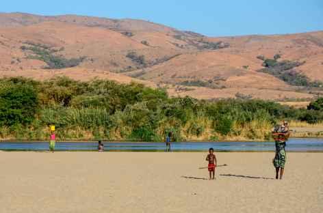 Scène de vie sur les berges du fleuve Mangoky - Madagascar -