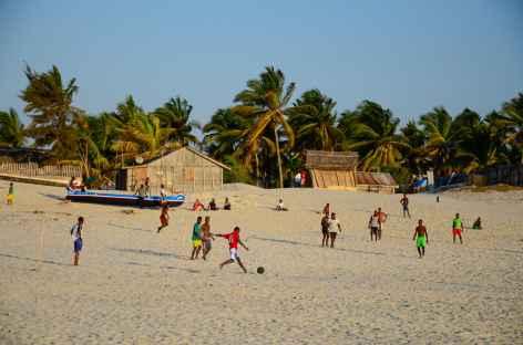 Partie de football sur la plage de Morondava - Madagascar -