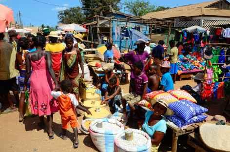 Marché à Belo sur Tsiribinha - Madagascar -