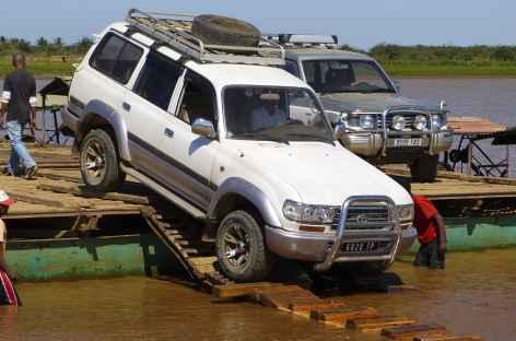 Traversée en bac du fleuve Tsiribihina - Madagascar -