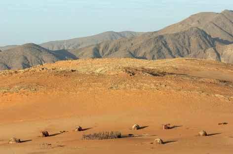 Village himba dans la vallée de Hartmann, Kaokoland - Namibie -