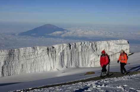 Glaciers sommitaux du Kilimanjaro, au loin le Mont Meru - Tanzanie -