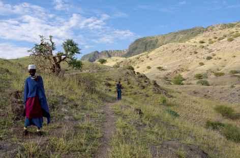 Descente du cratère d'Embabulu (1050 m), région du lac Natron - Tanzanie -