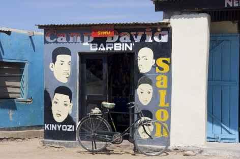 Salon de coiffure, village vers le lac Eyasi - Tanzanie -