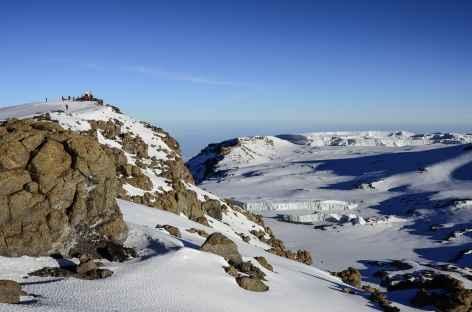 Cratère du Kilimanjaro, sur le côté gauche le sommet : Uhuru Peak (5895 m) - Tanzanie -