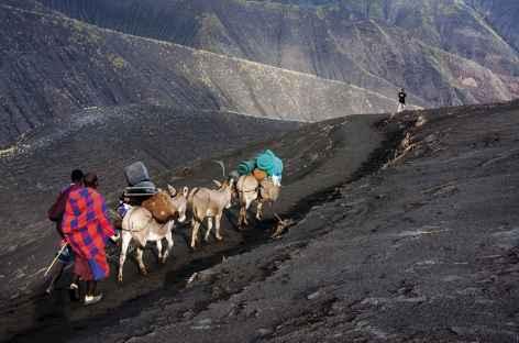 Trek en direction du Lac Natron, sur les cendres du volcan Lengai - Tanzanie -