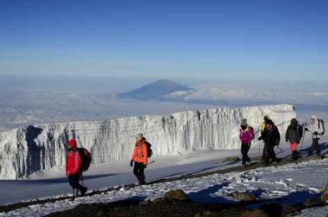 Les glaciers sommitaux du Kilimanjaro, au loin le Mont Meru - Tanzanie -