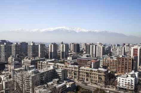 Santiago, quartier moderne et les Andes en toile de fond - Chili -