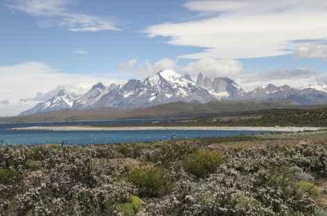 Parc national Torres del Paine, vue panoramique sur la chaîne du Paine et les monts Cuernos - Chili -