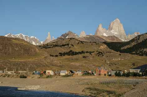 Le village d'El Chalten dominé par le Cerro Torre et le Fitz Roy - Argentine -