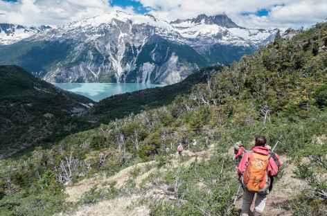 Marche au-dessus du lac Leones - Chili -
