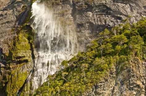 Une belle cascade entre Puerto Natales et le parc Torres del Paine - Chili -