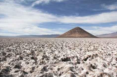 Argentine, salar d'Arizaro et cône d'Arita dans la Puna -