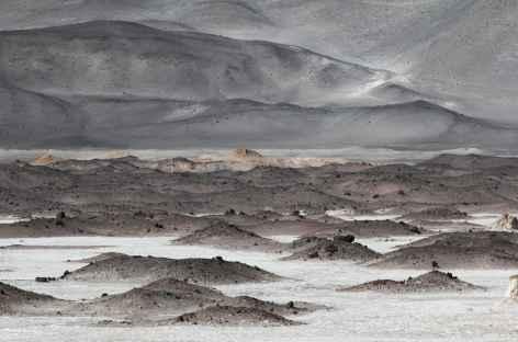 Argentine, lac salé et dôme volcanique dans la Puna -