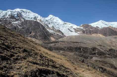 Marche face au versant Ouest de l'Illimani - Bolivie -
