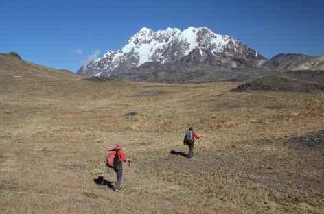Marche  face au versant Nord de l'Illimani - Bolivie -