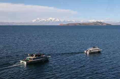 Navigation sur le lac avec la Cordillère Royale en toile de fond - Bolivie -