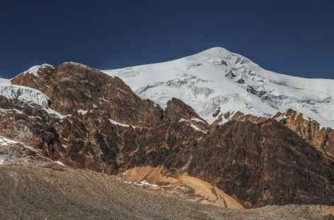 Terre orangée et glaciers sur le versant Ouest de l'Illimani - Bolivie -