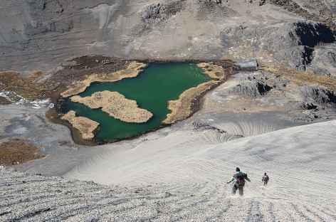 Cordillère Royale, descente ludique dans la terre cendrée sur la lagune Chiscacalliuani - Bolivie -