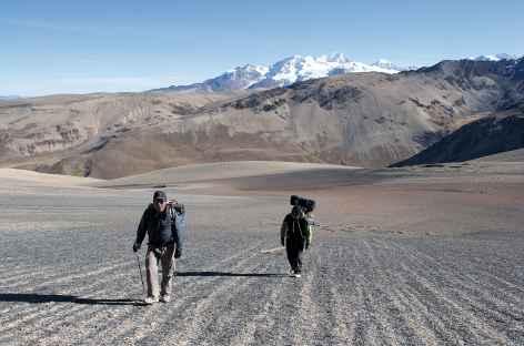 Cordillère Royale, passage d'un col hors sentier avec en toile de fond l'Ancohuma - Bolivie -