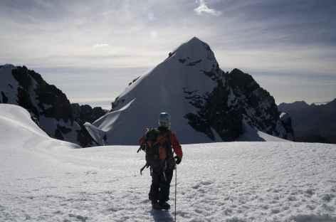 Cordillère Royale, notre guide contemple le Pequeno Alpamayo - Bolivie -