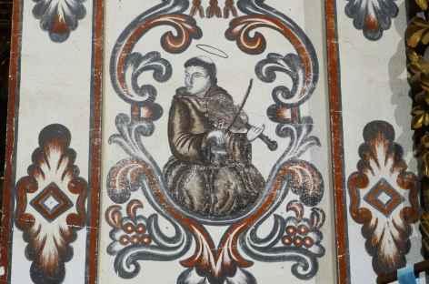 Jésuite jouant du violon parmi les peintures de l'église de San Rafael - Bolivie -