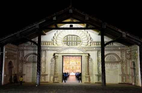 Entrée de l'église de San Javier pour le concert du soir - Bolivie -