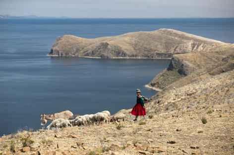 Rencontre avec une bergère sur l'île du Soleil - Bolivie -