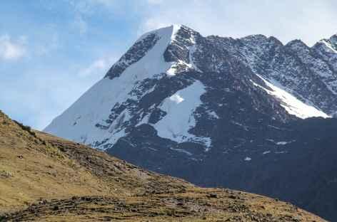 Beau sommet glaciaire au-dessus de la lagune Chuchuja - Bolivie -