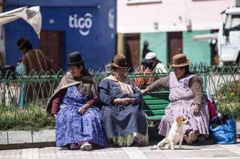 Les cholitas papotent sur un banc - Bolivie -