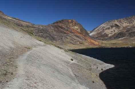 Le sentier au bord de la lagune Altarani - Bolivie -