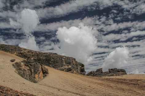 Roches colorées en descendant vers la lagune Pujo Pujo - Bolivie -