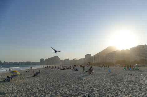 Rio, fin de journée sur la plage de Copacabana - Brésil -