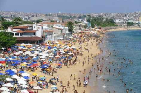 Salvador de Bahia, plage bondée le dimanche dans la ville basse - Brésil -