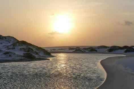 Marche au coucher du soleil dans le parc national Lencois Maranhenses - Brésil -