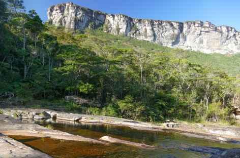 Marche au bord du rio Pati dans la Chapada Diamantina - Brésil -