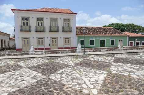 Façades colorées et pavage artistique à Alcantara - Brésil -