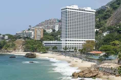 Favela et hôtel de luxe au pied du Morro dos Irmaos - Brésil -